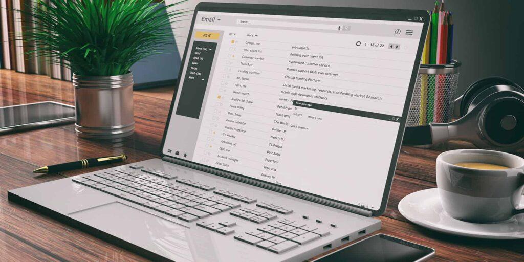 computerscherm waarop emailprogramma opstaat voor emailmarketing