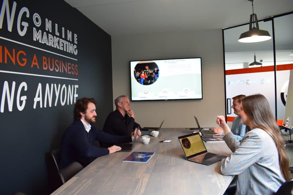 Het team van dotWEB rond tafel voor het bespreken van een nieuwe website