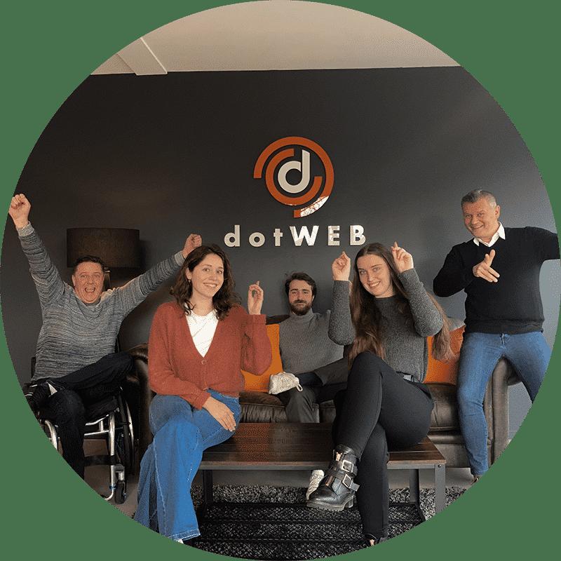 Groepsfoto van het team van dotWEB, ze zien er heel gelukkig uit !